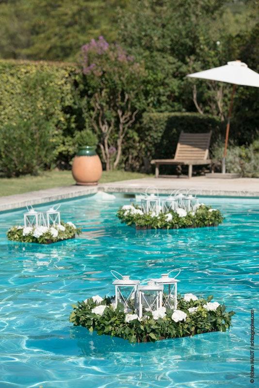 décors floraux dans une piscine